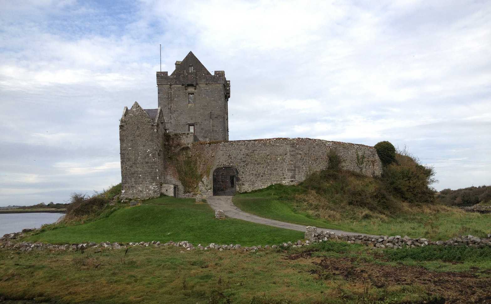 Picture of a dilapidated castle in Ireland.