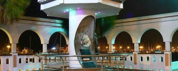 Mirador de la Flor statue at night