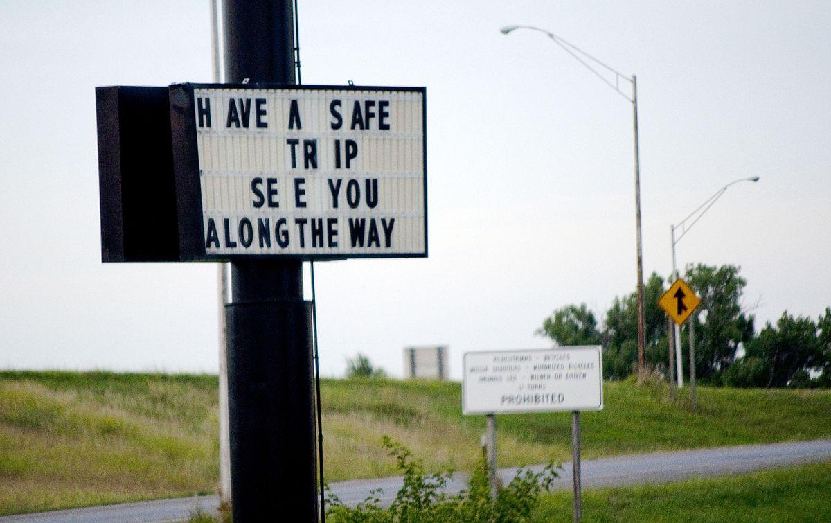 1200px-US-KS_-_Abilene_-_Sign_-_North_America_-_Road_Trip_-_Great_Plains_-_Hotel_(4891584333)