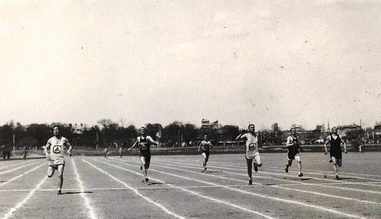 Old photo of men running in a race.