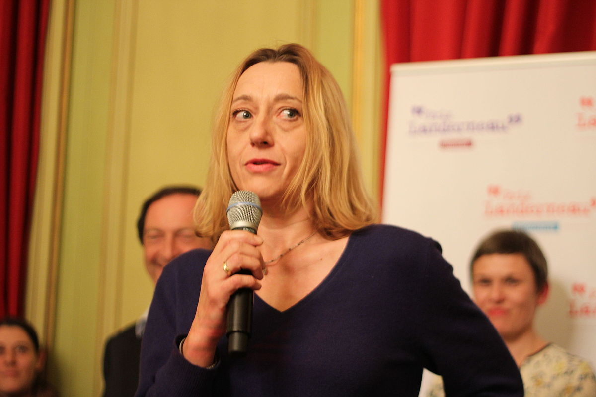 Image of Virginie Despentes speaking into a microphone